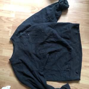 En oversized tröja i strl M från Tommy Hilfiger. Jag är 1,76 och väger 80kg