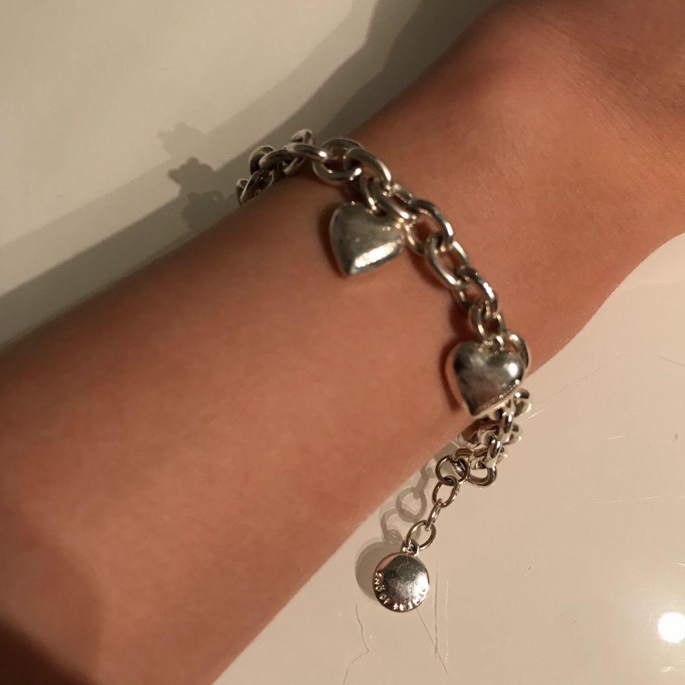 Ett snö of Sweden armband med hjärtan på i silver, köpt för ungefär 4 år sedan. Lite små repor men annars jättefint. Frakt 22kr. Accessoarer.