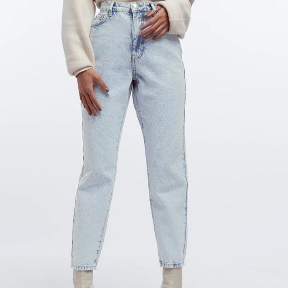 Säljer dessa Dagny petite jeans som sitter jättebra💕 Köpte dom för några månader längre men dom sitter tyvärr inte så bra på mig! Jättefin färg på dom! Sök upp om ni vill veta storleksmåtten. Jeans & Byxor.