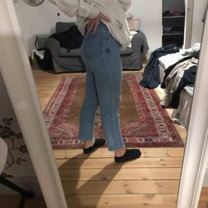 Fina jeans från Humana i en min jeans modell. Har klippt av de längst ner så de blev lite slitna. Köpare står för frakt!