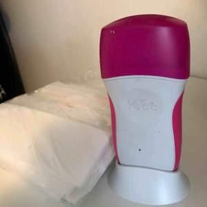 Easy Wax Electrical Roll-On Kit Kommer med en stor påse med Veet Wax Strips.