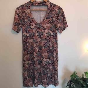 Blommig klänning köpt på Pull&Bear, med sjukt fin urringning. Inte använd mycket. Skriv för mer info/bilder. Kan mötas upp i Gbg/köparen står för frakten❤️