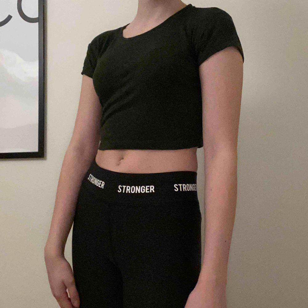 Croptop från new yorker. Mörkgrön, finns också i svart. Fraktar gärna :). T-shirts.