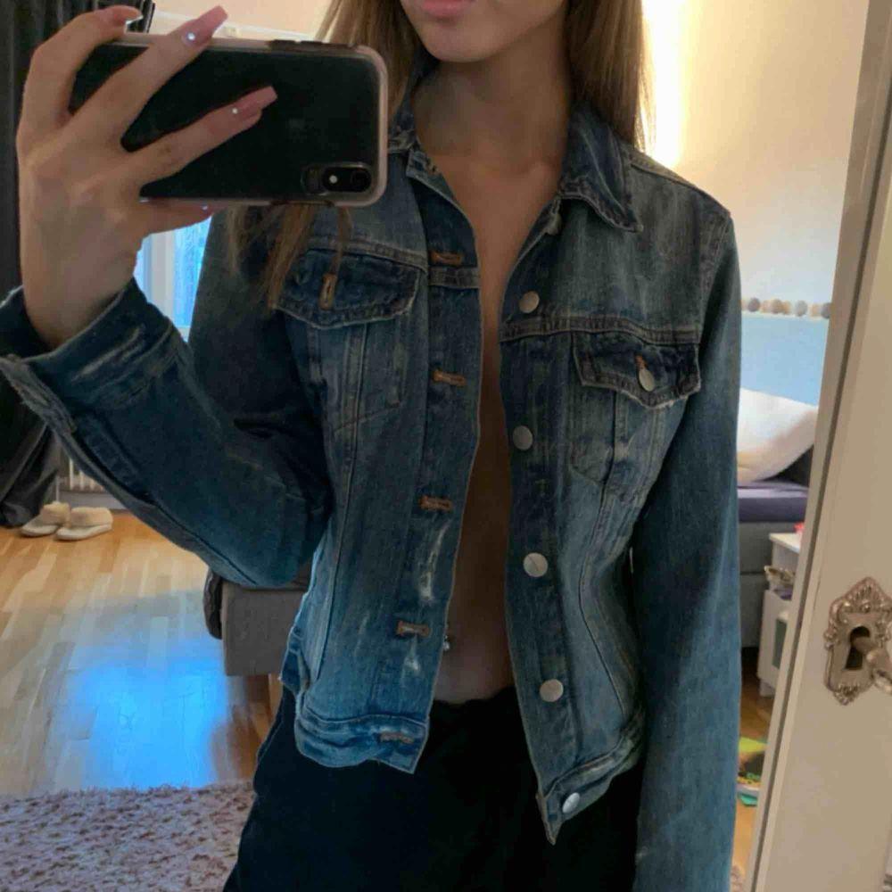blå jeansjacka från carlings i jättebra skick. Jackor.