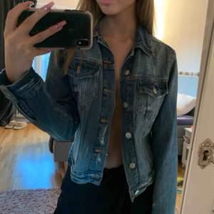 blå jeansjacka från carlings i jättebra skick
