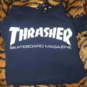 Thrasher hoodie strl. S, fint skick. Rekommenderas inte om du är över 185 cm, är själv 188 och den är lite liten.