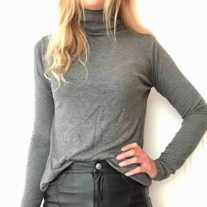 Mörkgrå tröja från Åhléns, använd enstaka gånger.