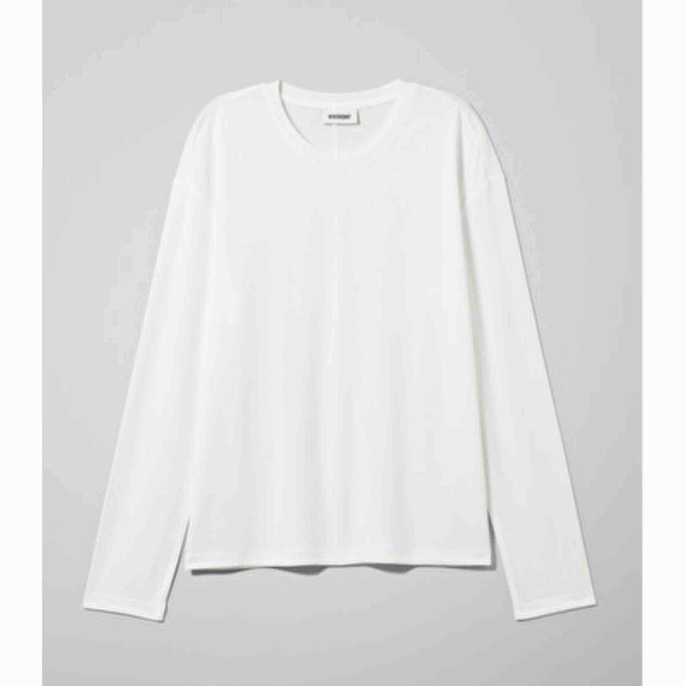 Långärmad basic tröja från weekday! Originalpris: 180kr. Knappt använd. Möts ENDAST upp i stockholm, fraktar ej!. Toppar.