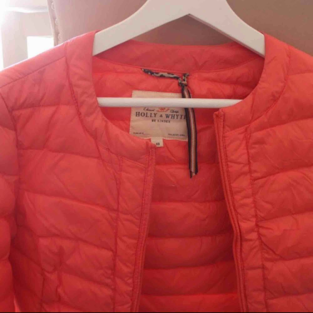 Jacka som inte används och säljs därför. Superfin färg och såldes snabbt när den köptes (för längesedan). Skrynklig nu p.g.a. legat nedpackad. Frakt: 79:-. Jackor.