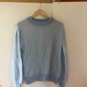 Ljusblå tunt stickad tröja från Visual Clothing Project. Storlek S men är väldigt stretchig. Är i nyskick.