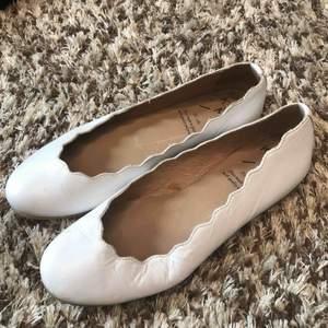 Vita ballerina skor i fint skick! Använt förra sommaren men tyvärr försmå nu. Frakt tillkommer