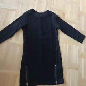 En fin svart klänning med dragkedja på sidorna. Helt oanvänd