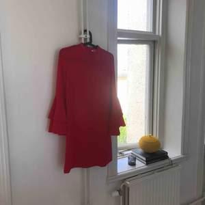 Klänning i röd färg från Indiska!  Aldrig använd. Storlek S  Köparen står för frakten