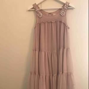 """Drömmig klänning i flera lager tunn, ljus, mattrosa 100% recycled polyester. En """"pärla"""" har lossnat lite i vänster hörn (bild 3!). Annars felfri, använd på ett bröllop 💘 Passar XS/S"""
