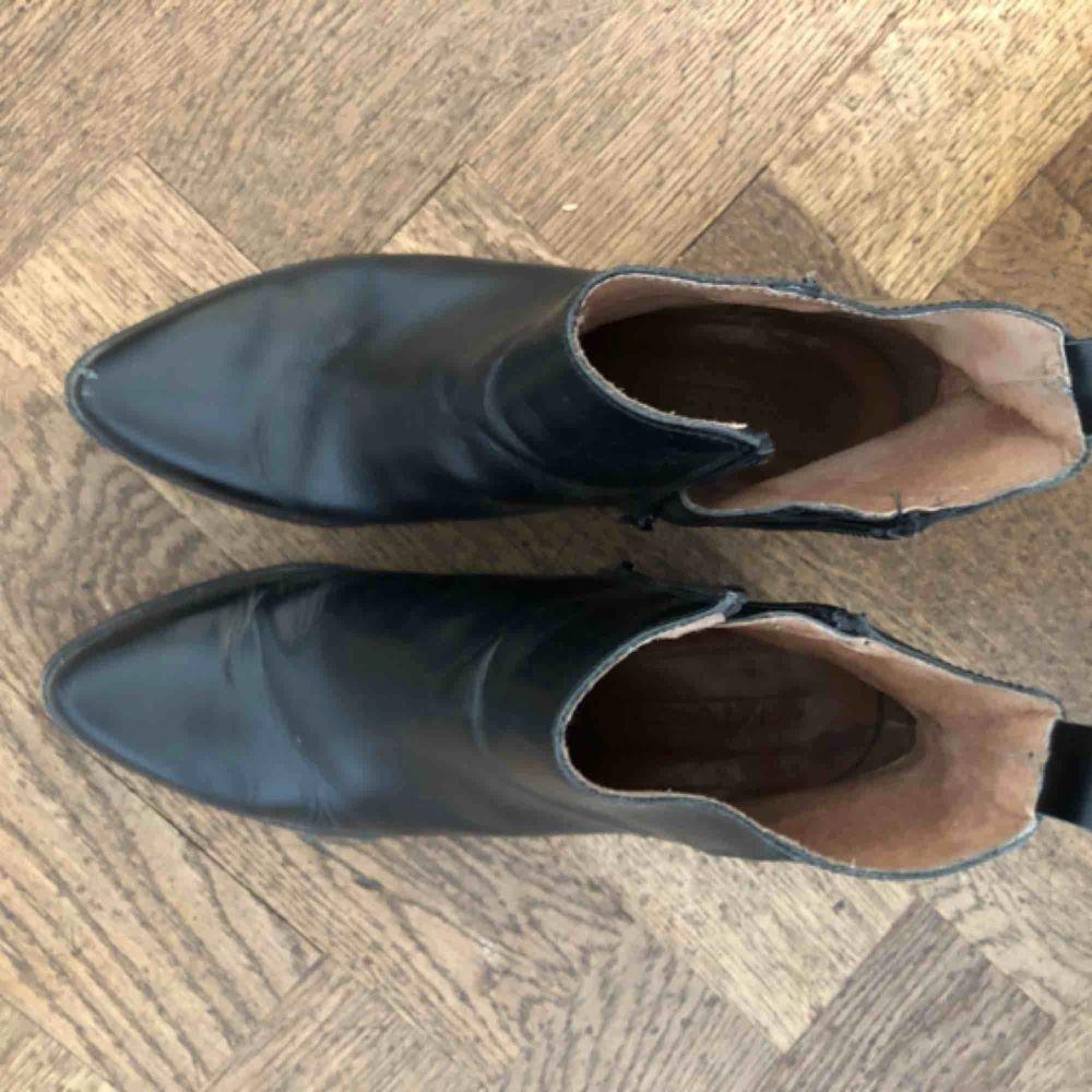 Stövletter med klack från Sixtyseven! Knappt använda, men formar sig efter foten då dom är i läder. Sulan är i väldigt gott skick och insidan är fräsch. Säljes pga fel storlek. Ett plus är att stövletterna är bekväma! Inköpspris ca. 1500kr. 🌟. Skor.