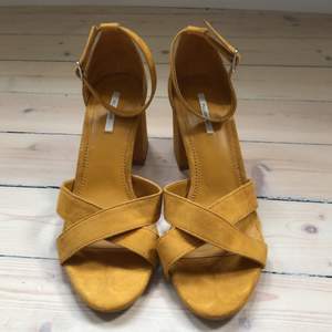 Fin, oanvänd sandalett med bredare klack från pull&bear i mörk senapsgul färg. Kan skickas också men då tillkommer fraktkostnad.