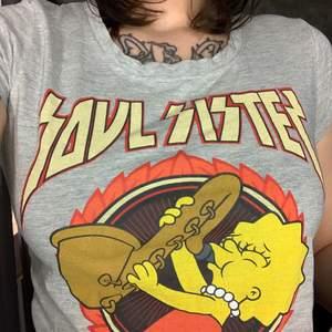 """Cool Simpsons tshirt med Lisa Simpson på och texten """"soul sister""""🤩 Använd bara några gånger, jätte skön, storlek XS!🥰"""