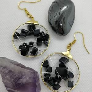 Handgjorda örhängen med svarta stenpärlor 💘✨🥰