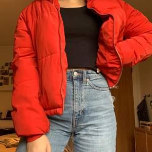 Säljer min röda dunjacka köpt här på Plick pga av att jag har tröttnat på den, jättebra skick, frakt tillkommer på 99kr