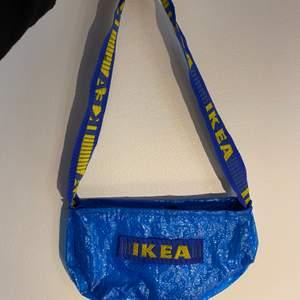Ikea väska köpt här på Plick, super fin och cool men kommer tvärt inte till användning längre! (Frakt ingår i priset)