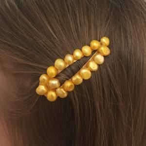 Superfint litet hårspänne i guld med pärlor som jag gjort själv✨Så trendigt just nu och alltid väldigt vackert. Säljes i silver o rosa också. 39kr inkl frakt⚡️💞