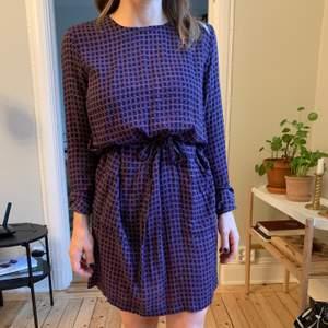 Oanvänd klänning från Rodebjer i modellen Elliot check dress. Storlek XS. Passar även S. Rak modell med band i midjan och två fickor, öppning i ryggen.  Finns i Stockholm, kan även postas!