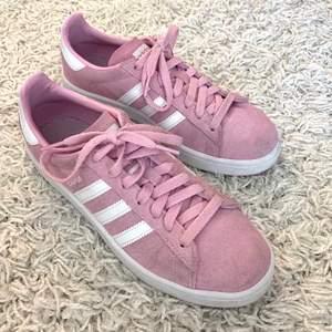Rosa sneakers från adidas i storlek 38 2/3. Skorna är använda sparsamt och är i fint skick💕💕 150kr+frakt