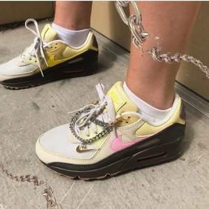 """Nike Air Max 90 """"Cuban Link"""" inköpta på BSTN.com! Använda 1-5 gånger. Söt kedja med Swoosh medföljer + originalbox! Köparen står för frakten! Buda i kommentarerna om fler är intresserade - bud höjs med 10kr! 💕👯♀️💵"""