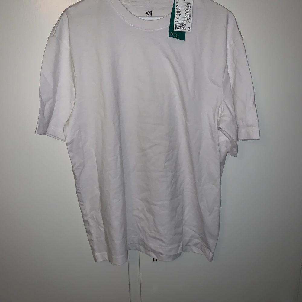 Oanvänd tisha från hm i ett lite tjockare material. Oversized M herr.. T-shirts.