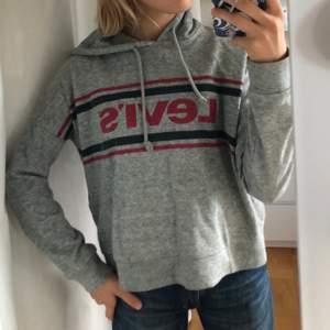 Säljer min supersköna hoodie från levis då den inte kommer till användning. Den är i jättefint skick.