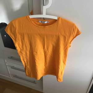 En orange t shirt från nakd, superfin passform