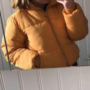 gul jacka från cubus köpt förra året, fint skick och knappt använd, köparen står för frakt, skriv till mig om du har frågor☺️