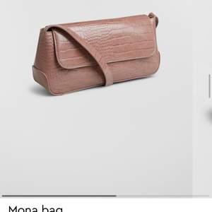 Jättefin väska från Gina i en beige/brun färg. Säljer då den inte kommer till användning. Nyskick och inte använd därav priset. Frakten är inkluderad!💗