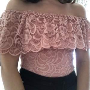 Säljer denna blommiga off shoulder tröja i rosa, storlek XS ifrån Nelly, har används fåtal gånger