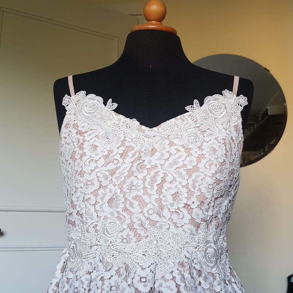 Denna oanvända studentklänning säljes. Testad 1 gång men glömde skicka tillbaka i tid. Inte min stil. Passar S och M. Väldigt fin i sina spetsdetaljer. Även lite tyll under kjolen. Inköpt för 1060 kr från Little Mistress.. Klänningar.