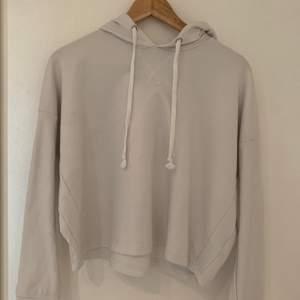 Vit tunn hoodie från bikbok, sällan använd men en aning mörkare i färgen sen när jag köpte den, storlek XS men skulle tro att den även passar S! Pris 50kr + frakt
