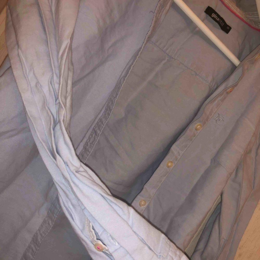Skjorta från Gina tricot, välanvänd men inte sliten eller så. Behöver bara en strykning..Fin passform!   möts upp och fraktar (tillkommer)🤍. Blusar.