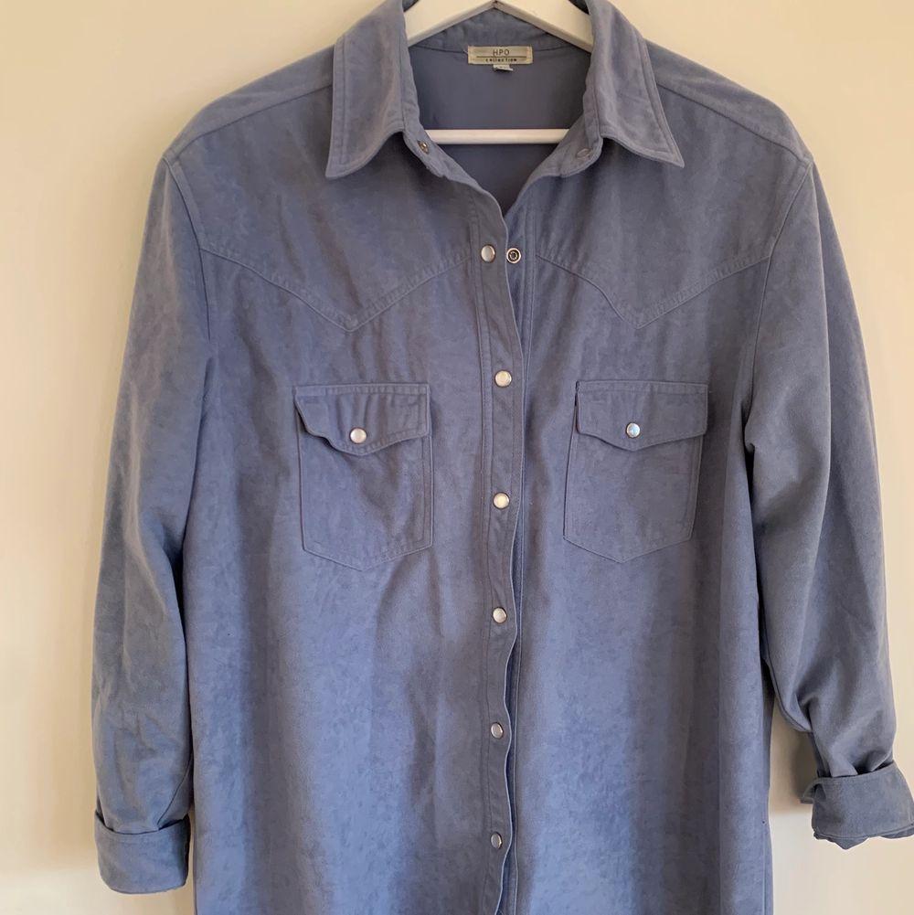 En skjorta som passar perfekt som både skjorta och som tunn jacka! Superfin färg och passar väldigt bra över t.ex en vit polo. Fint skick. Köpare står för frakt.. Jackor.