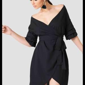 Snygg omlottklänning i storlek 34 från nakd. Klänningen är knappt använd och i mycket fint skick.