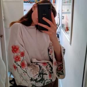Sååå fin tröja köpt för 500kr! Använd tre gånger. Blommorna är så fantastiska och välgjorda