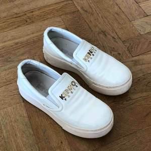 Vit sko från Kenzo i Strl 36 😌 Ord. Pris 1800kr säljer för 400kr. Spårbar frakt tillkommer på 63kr med Postnord 🕊✉️♻️