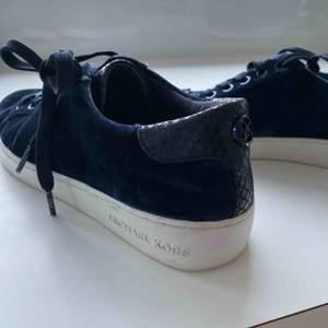 """Säljer mina superfina Michael kors skor, skolåda medföljer. Mörkblåa med mörkblått """"ormskinn"""". Fungerar även på strl 39. Använd få gånger, supersnygga."""