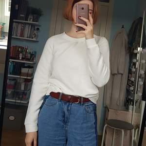 Styv vit tröja med randig textur