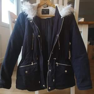 Marinblå Dorothy Perkins vinterjacka med fina silverdetaljer. Storlek 38 men passar lika bra till en 36 😊