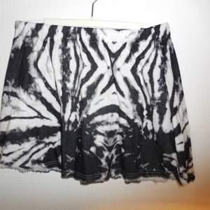 Kjol från Tiger of Sweden, resår i midjan och fransad nederdel.