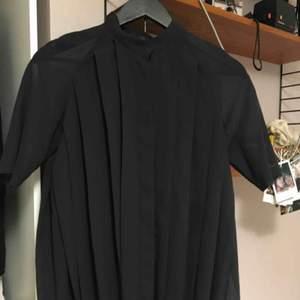 Finaste transparenta skjortan från Cos tar emot att sälja den men använder den aldrig. Hög knäppning och sen är den veckad och transparang vid ärmarna men på resten har den någon tyg under så den är inte helt transparent.