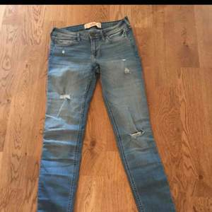 Supersnygga och bekväma jeans från Hollister i storlek W25 och L33! I nyskick, väldigt måttligt använda och köpta för dubbelt så mycket :)