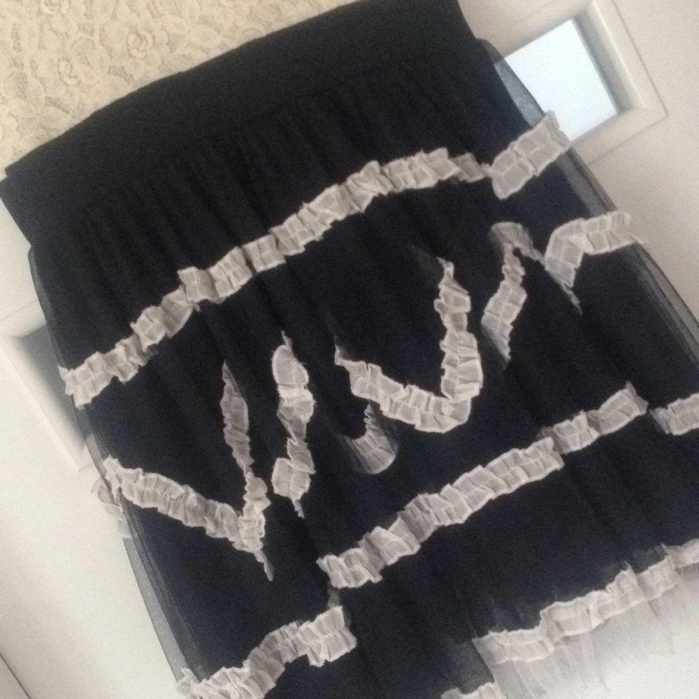 En jättefin klänning i rockabilly stil, använd endast 1 gång på skolavslutning. Kan skickas mot fraktkostnaden  . Klänningar.
