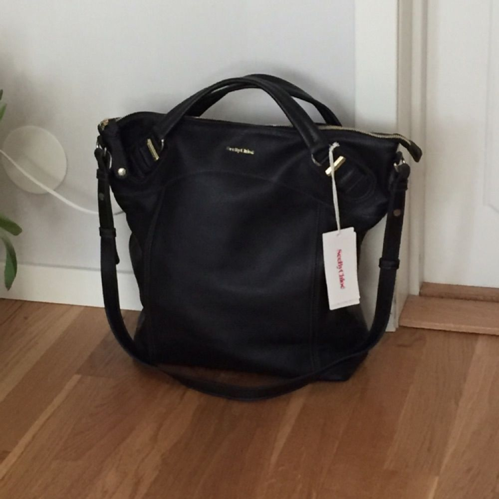 See by Chloé svart axelremsväska. Självklart äkta. Mått: B38 cm x H37 cm x D12 cm. Dustbag medföljer.  Hör av er vid fler frågor! 🎈. Väskor.