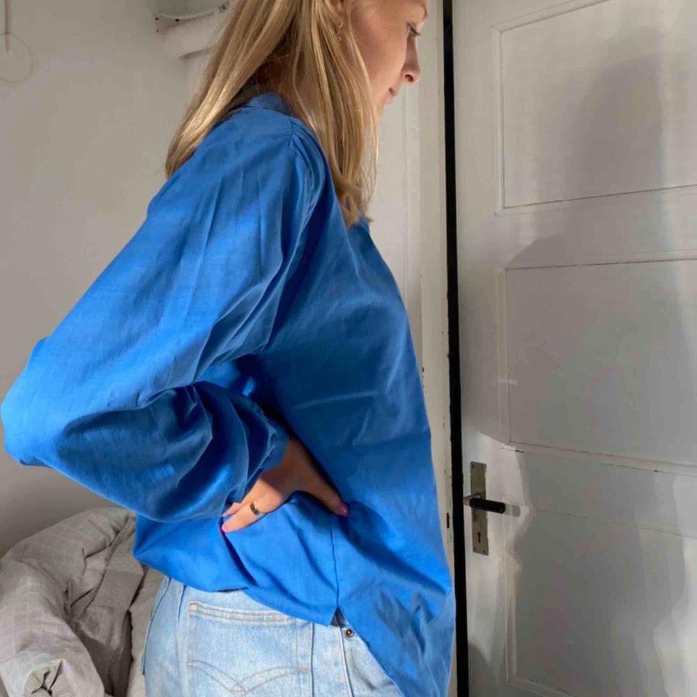 Jätte snygg tröja som inte kommer till användning men den är verkligen så snygg!!!! Köpare står för frakt 44kr . Skjortor.